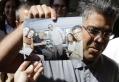 Elias Jaua, già vice presidente di Cuba mostra una foto conFidel Castro scattata il 21 ottobre nell'Hotel Nacional