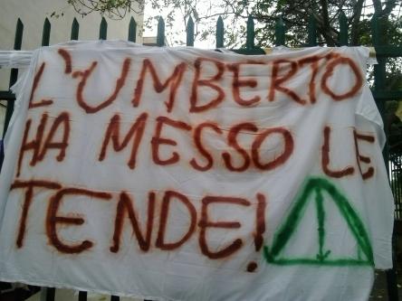 Uno striscione esposto all'Umberto I di Palermo