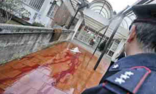 La scia di sangue della vittima nella scuola materna di Scampia