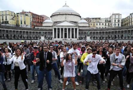 flash-mob in piazza Plebiscito per «Gangnam», la hit del rapper sudcoreano Psy che balla come un cavallo