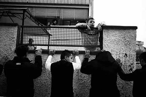 """Parte oggi presso il Teatro della Legalità di Casal di Principe, in provincia di Caserta, la mostra fotografica intitolata """"L'infanzia violata"""", percorso visivo sul tema dei soprusi compiuti a danno dei minori realizzato dal fotoreporter napoletano Mario Spada"""