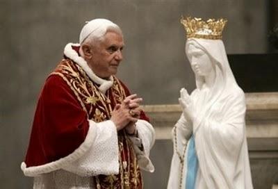 Papa Ratzinger con la statua della Madonna di Lourdes