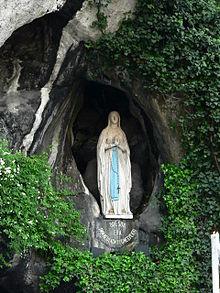 La grotta di Lourdes; statua della Vergine, creata da Joseph-Hugues Fabisch secondo le descrizioni di Bernadette