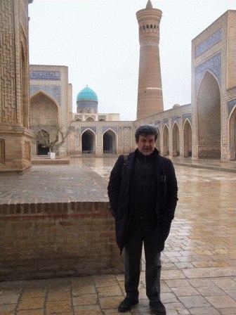 Sulle orme del matematico Peter J. Lu (di lontana origine uzbeka) a studiare le simmetrie dei mosaici islamici in Uzbekistan, che R. Penrose ha definito (diversi secoli dopo) quasi-cristalli-