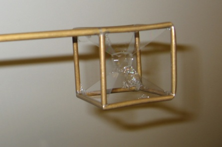 Sezione tridimensionale di un ipercubo quadridimensonale, così come si presenta nell'esperimento con l'acqua saponata.