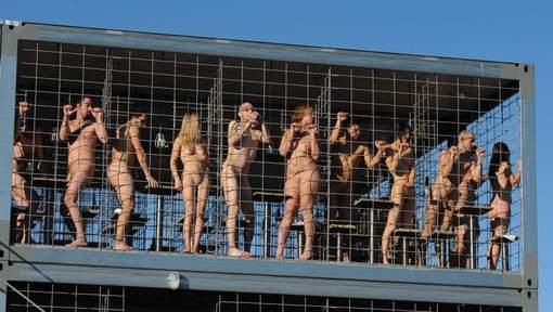 Una recente manifestazione a Monaco di Baviera. Nudi in gabbia per protestare contro la condizione degli animali