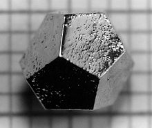 Un quasicristallo icosaedro di Ho-Mg-Zn formato come un dodecaedro, che è il duale dell'icosaedro.
