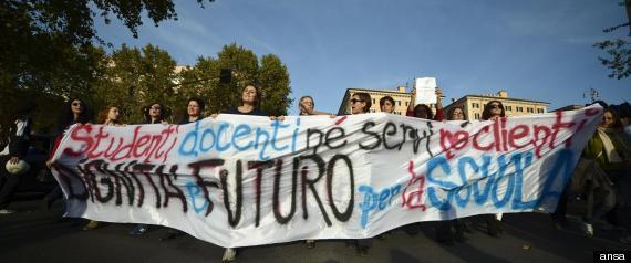 SCUOLA: CORTEO STUDENTI E PROF DAVANTI A MIUR,'SIAMO 30MILA'