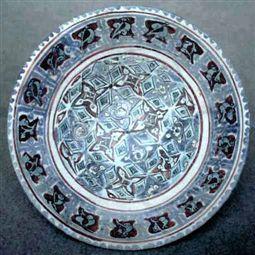 """Coppa """"Lajvardina"""" a decoro geometrico Ceramica dipinta a smalto sopra vetrina Ø 21,5 cm, h. 10 cm Iran (Kashan), inizio del XIII secolo"""